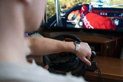 Homme utilisant un simulateur de conduite