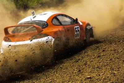 Voiture de rallye durant une course automobile