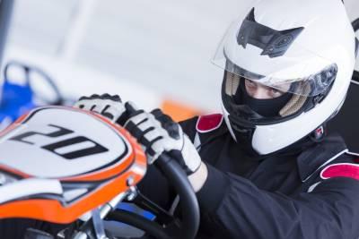 Pilote de karting équipé d'un casque et de gants