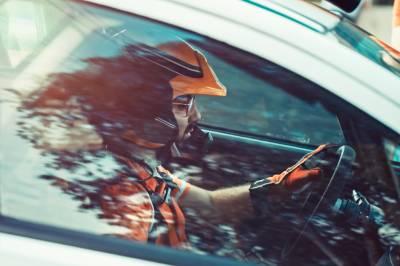 Pilote de rallye à bord de sa voiture