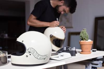 Artiste-peintre personnalisant un casque de pilote