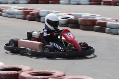 Enfant pratiquant le karting